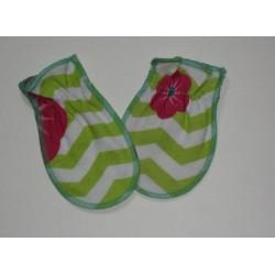 Moufles naissance 'Vert fleurs roses'